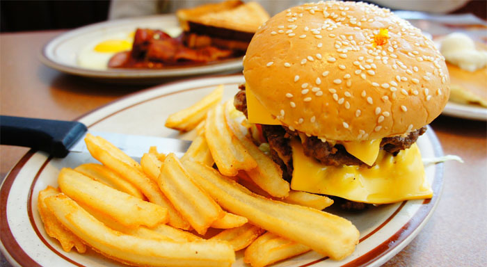 Medzi zakázané potraviny pri chudnutí patrí hamburger, hranolky a všetok fast food.