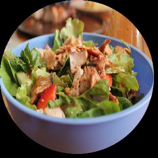 Recept na cestovinový šalát so zeleninou a mäsom na desiatu do školy i práce.