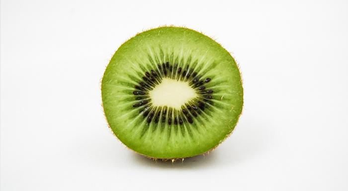Medzi zdravé potraviny môžeme pokojne zaradiť aj kiwi. Toto tropické ovocie je veľmi zdravé a prospešné.