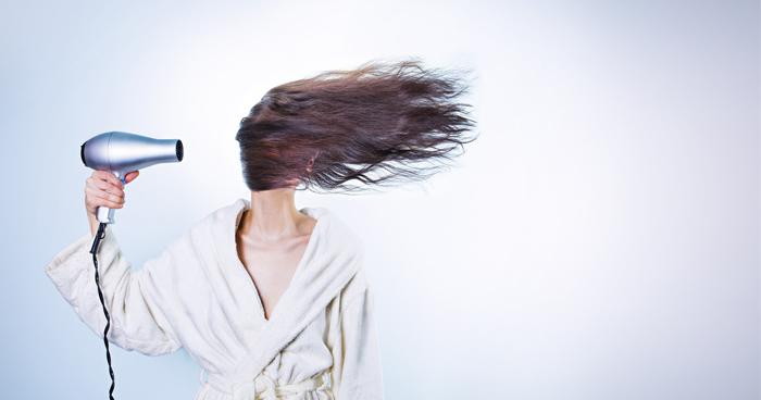 Kokosový olej skvelo pôsobí na vlasy a rozštiepené končeky vlasov.