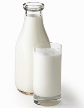 Zahanbiť sa nedá ani mlieko, ktoré obsahuje približne 3,2 g bielkovín na 100 ml.