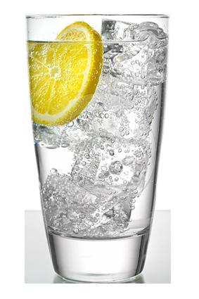Voda s citrónom pôsobí detoxikačne a odporúča sa viac ako kalorické nápoje.
