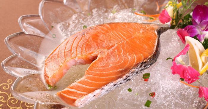 Ryby ako napríklad losos sú bohaté na omega 3 mastné kyseliny, ktoré podporujú mozog i srdce.