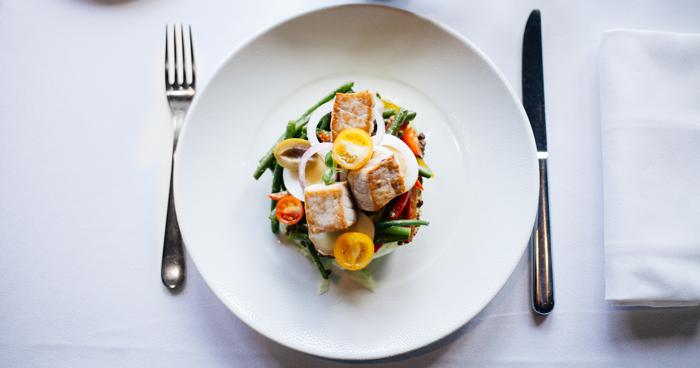 Nadmerné jedenie pred spaním môže spôsobiť napríklad slabý obed.