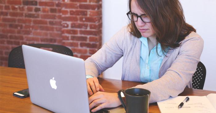 Aj práca počas ktorej sedíte niekoľk ohodín denne ovplyvňuje metabolizmus.