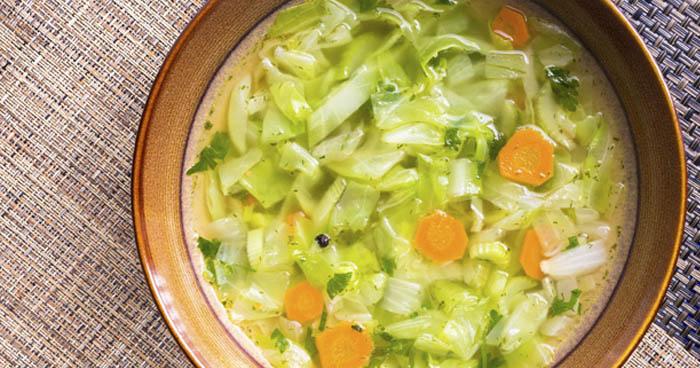 Diétna kapustová polievka počas kapustovej diéty.